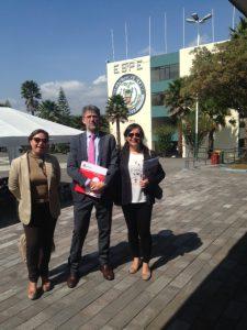 En la Escuela Superior Politécnica del Ejercito (ESPE) en Quito con María Mercedes y Pilar.